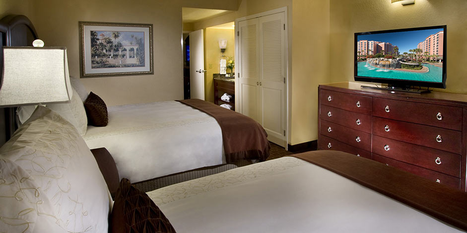 standard-double-queen-bedroom-cr-new-pool-high-res-02_941x469